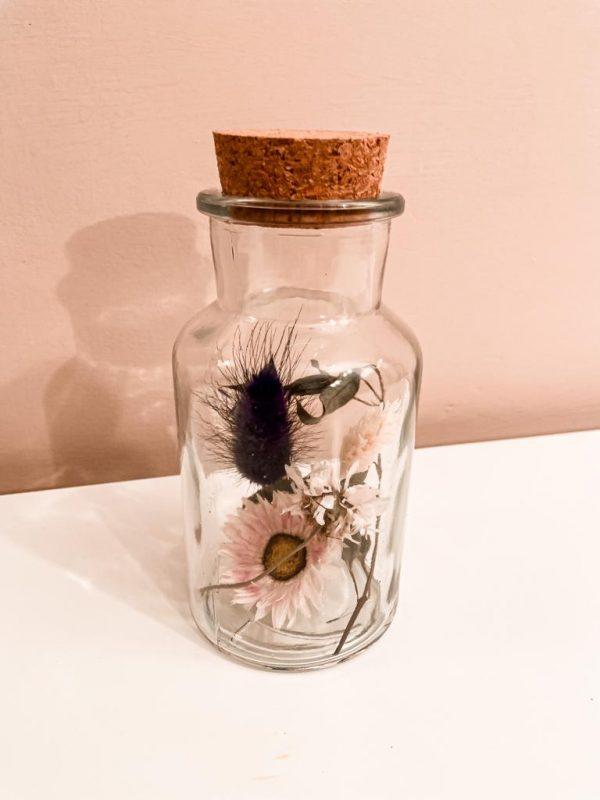 flesje met droogbloemen